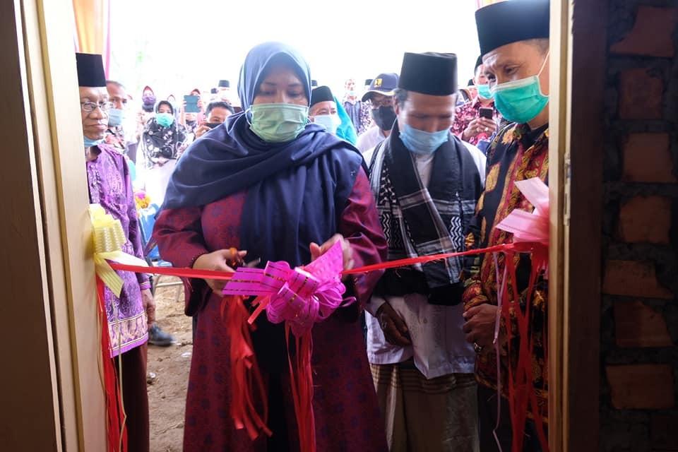 Bupati Muaro Jambi meresmikan program bedah rumah